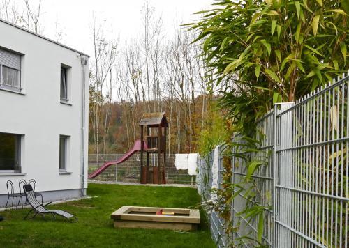 Innenhof mit Sicht auf den kleinen Spielplatz