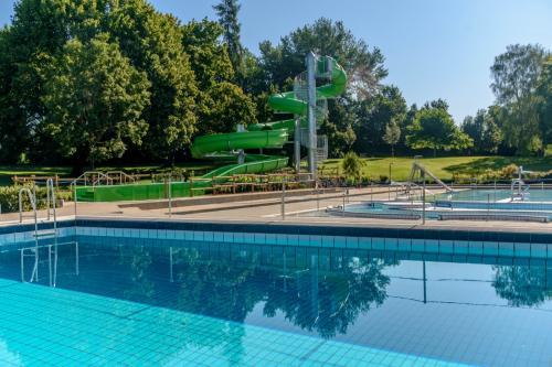 Freibad Lauchringen - Nichtschwimmerbecken und Riesenrutsche
