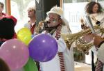 Ein Hemdglunki mit Saxophon beim leidenschaftlichen Musizieren