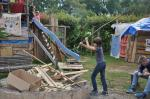 Die Kinder bereiten das Feuerholz vor und richten die Feuerstelle