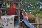 zwei Mädchen beim Spielen auf der Rutsche des Klettergerüsts
