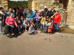 Die Teilnehmer posieren für ein Gruppenfoto vor einer alten Burgruine