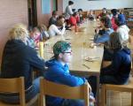Die Gruppe beim Vespern am Tisch