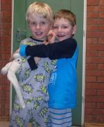 zwei Jungs beim Spielen mit einem Kuscheltier