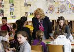 Klassenlehrerin Carola Huber im Klassenzimmer im Gespräch mit einer Schülerin