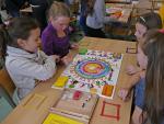 Einige Kinder beim Spielen des Friedensspiels