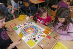 Kinder beim Spielen mit Freunden