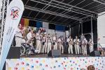 Die Fanfare et clique, ein Musikverein unserer Partnerstadt, hat ihren Auftritt auf der Bühne, einheitlich gekleidet in beige Hosen mit weissen Hemden und roter Krawatte