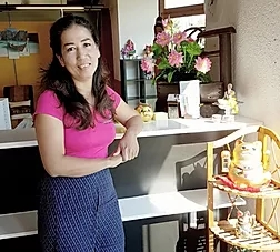 Chuan Chom Massage - Mitarbeiterin Dai im Empfangsbereich des Massagestudios