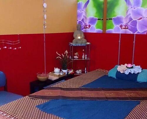 Chuan Chom Massage - Blick in ein Behandlungszimmer, das in warmen Farben gehalten ist