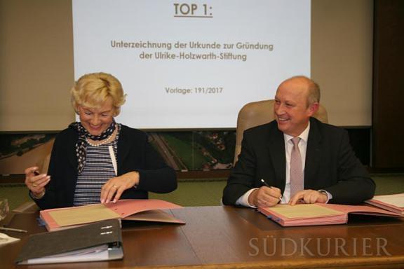 Ulrike_Holzwarth_beim_Unterzeichnen_der_Stiftungsurkunde