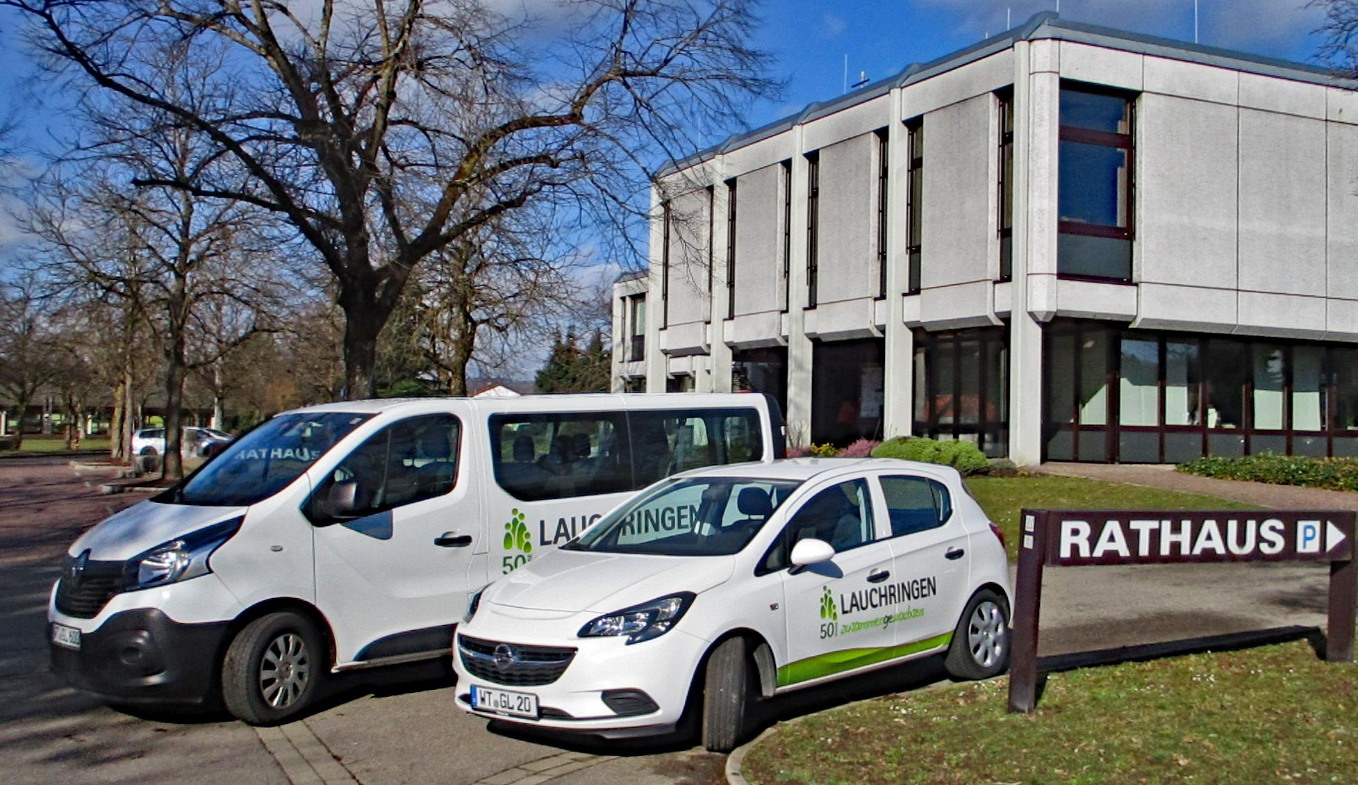 Vor dem Rathaus in Lauchringen stehen zwei der Fahrezuge, die über CarSharing gemietet werden können.